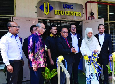 努鲁依莎为UWC教育中心主持开幕仪式。