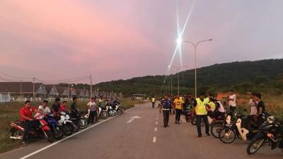 警方充公43辆摩托车,连同骑士被押返警局备案。