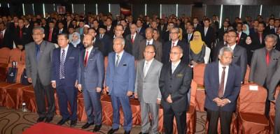 吉大臣慕克里与陈国耀行政议员(左2)出席吉打州市县议员2天研讨会开幕仪式时合影。