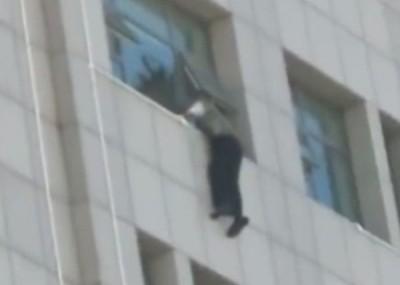 男子双手紧抓窗边,一度半天吊。