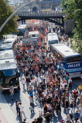 大批示威者上街游行,要求开放大门接收难民的总理默克尔引咎辞职。(法新社照片)
