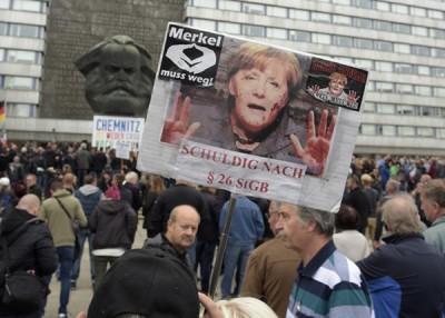 极右示威者强烈要求默克尔下台。