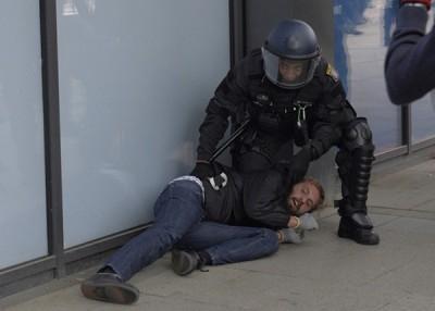 一名到极右集会场地踩场的示威者被警员制服。