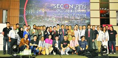 """曹观友和""""槟城2018经济分享大会""""表示同嘉宾合影。"""