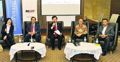 曹观友(被)于记者会上刊出讲话,左起为黄婉冰、依丁沙里和李家全(右)。