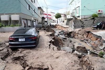 札幌市东区路面在地震后裂开凹陷。(法新社照片)