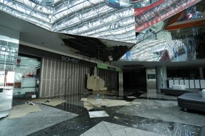 乍千岁机场客运大楼天花板塌下。(法新社照片)