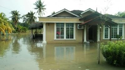连绵大雨,导致峇株巴辖区内发生水灾。