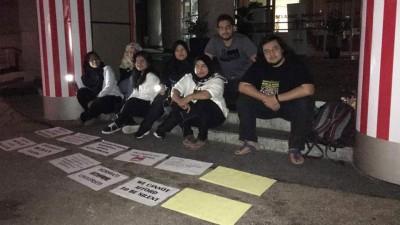 大学生坐在教育部静坐抗议,要求马智礼辞去国际伊斯兰大学主席一职。(图片取自Fadiah Nadwa Fikri脸书)