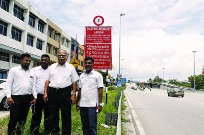 拉玛沙米(右2)偕同杰森、沙迪斯及大卫玛莎呼吁超过5吨重型罗里禁止在高峰时段出入该道路。