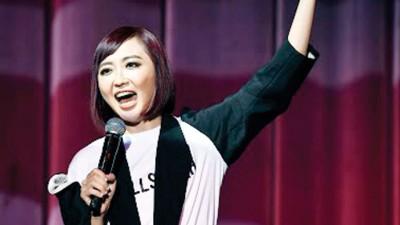 李欣怡以脱口秀中除揶揄了现阶段底党政、网红、腹肌文化等景象,还少度暗讽前度过,现场笑点不绝。