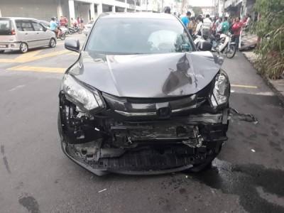 涉案休旅车车头撞毁。