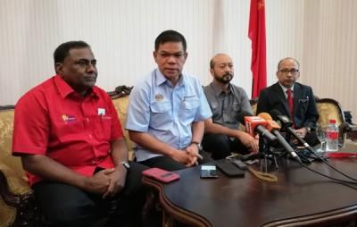 赛夫丁(左2)呼吁民众充当该部门耳目,监督物价。(左3为)吉州大臣拿督斯里慕克里。