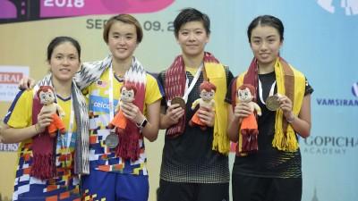 获得女双亚军的叶铮雯(左)/许嘉雯与冠军香港组合吴芷柔/袁倩滢在台上合影。