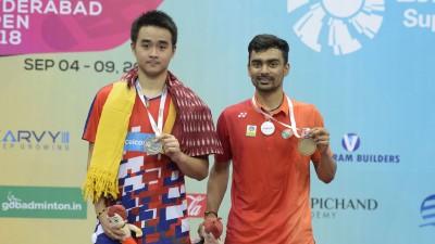 宋浚洋(左)获得印度海德拉巴羽球超级100赛男单亚军。
