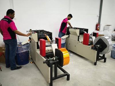 机器一启动,可以在1分钟内自动折出80至100个纸元宝。