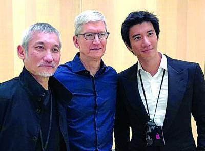 王力宏(右)、库克(中)、徐克(左),在苹果发表会上合照。