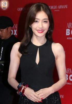 秦岚穿长礼服小露酥胸在香港出席保养品活动。