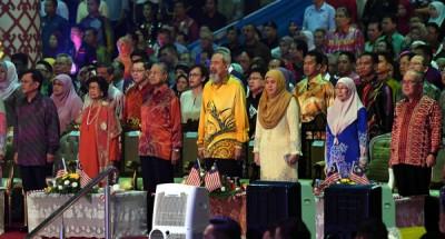 敦马哈迪出席在沙巴亚庇举行的马来西亚日庆典。从左起沙巴首席部长沙菲益阿达、首相夫人敦西蒂哈斯玛、沙巴州元首敦祖哈、元首夫人杜潘诺丽达、副首相旺阿兹莎及砂拉越副首长道格拉斯。