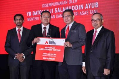 沙拉胡丁(右2起)颁发革新农业企业家奖予来兴贸易有限公司首席执行员拿督刘海博。