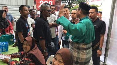 槟州人民公正党峇眼区部战情激烈,中同样名主席候选人阿烈斯(青衣)盖早前使发具种族主义内容传传不取其他阵营认同,如果引发小风波。