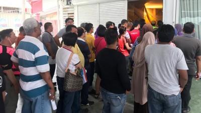 公平党党员轮流等候投票。