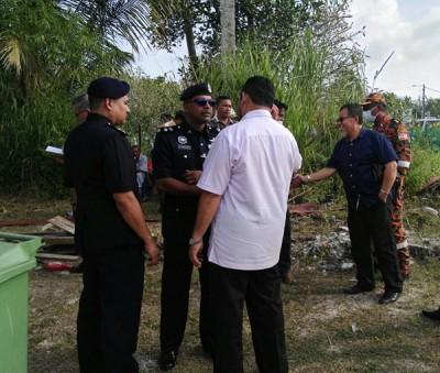 安峇拉甘(左2)亲抵现场了解案情。