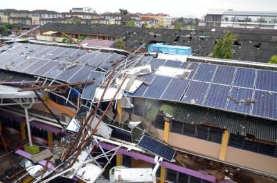 米都吉华华中的屋顶和太阳能板周一清早中狂风严辞破坏。
