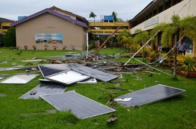 屋瓦与太阳能板掉在校园草地上。