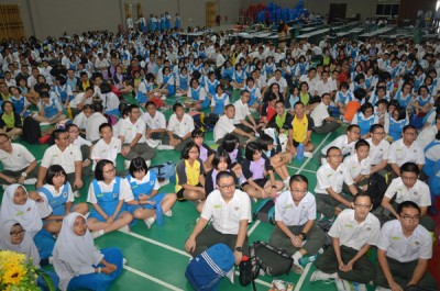 上午班学生很有秩序的离灾场集合在吉华文化中心大礼堂。