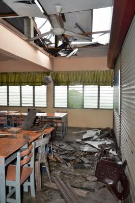 F楼许多教室的屋顶都吃吹飞。