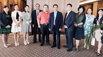 本报署理总经理林星发(左5),连同彭铁山(左4)、梁淑英(左1)、秦凤尝(左6)与各业界代表们一同合照。