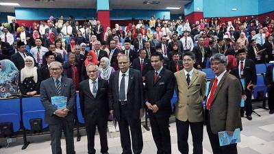 卡立(左起)、阿米鲁遭到、拉玛沙米、莫哈最终查米尔、莫哈最终弗兹及阿都拉希德出席大马教育部第二顶中六教育研讨会开幕仪式。
