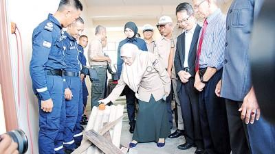 旺阿兹莎在嘉宾及政府官员陪同下,视查灾难警报系统。