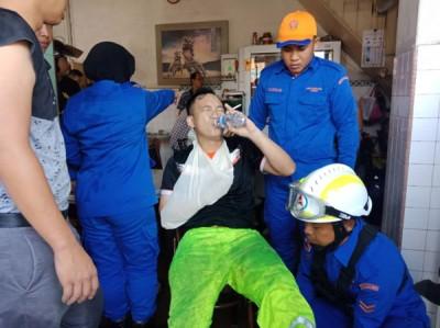 黄贤祖进行救火工作时,从高处失足坠下,导致右手骨折。