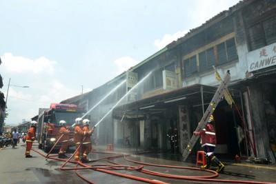 崔耀才路一战前店屋周四下午突然失火,消拯员紧急展开救火行动。