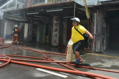 一名居民协助把物品搬离灾区。