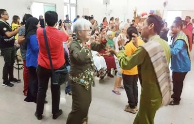 槟州国民登记局职员出动,与老人家一起歌舞欢庆。