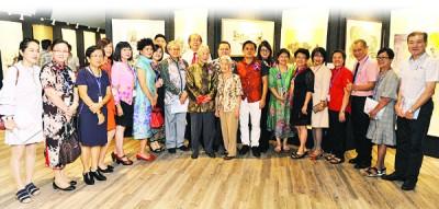 本报署理总经理林星发(后排左3)与翁树欣伉俪(前排左9、10)、吴俊益(左11)、翁丁健(左12)、骆锦地(后排左2)和槟城水墨画协会成员们于展出作品前合影。