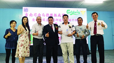 黄衍丰(左四)和杨志成(右一)颁赠纪念品予受封人士、热心人士和义诊中医师。