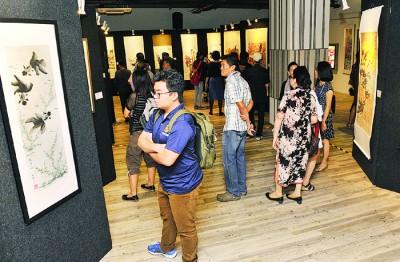 《水墨光华》百人展从即日起至10月4日,一连5天于本报1楼展馆进行,入场免费,欢迎前来欣赏113幅优美书画作!