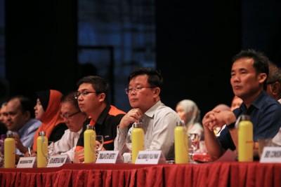 槟首长曹观友(右2)静心聆听民众发问,一一作出回应。这次是第982场公众对话会。