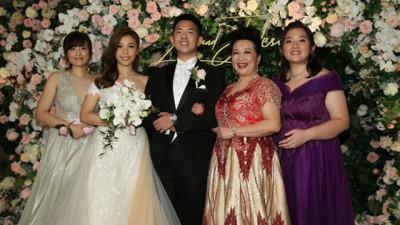 薛家燕(右二)的子女很支持她的恋情。