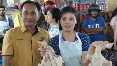 叶秀蓉强调卖的都是新鲜鸡,左为梁文毅市议员。