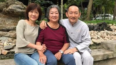刘子贤在去年出家前与母亲林查某及妹妹刘秀华合照留念。