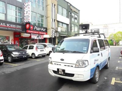当局也派出广播车,呼吁选民出来投票。