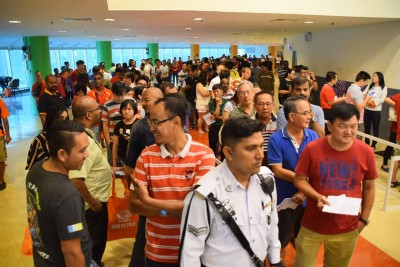 最后一天优惠日,已吸引上千名民众涌往该中心大排长龙缴交罚单。