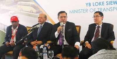 陆兆福(左3)在记者会上,回应媒体提问。左起东尼费南德斯、凯鲁阿迪及拉惹阿兹米。