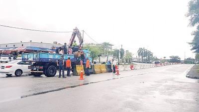 分界堤的设置是为管制囊卡路十字路口每天上演的交通险象。