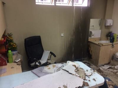 所幸火势及时被自动洒水系统熄灭。